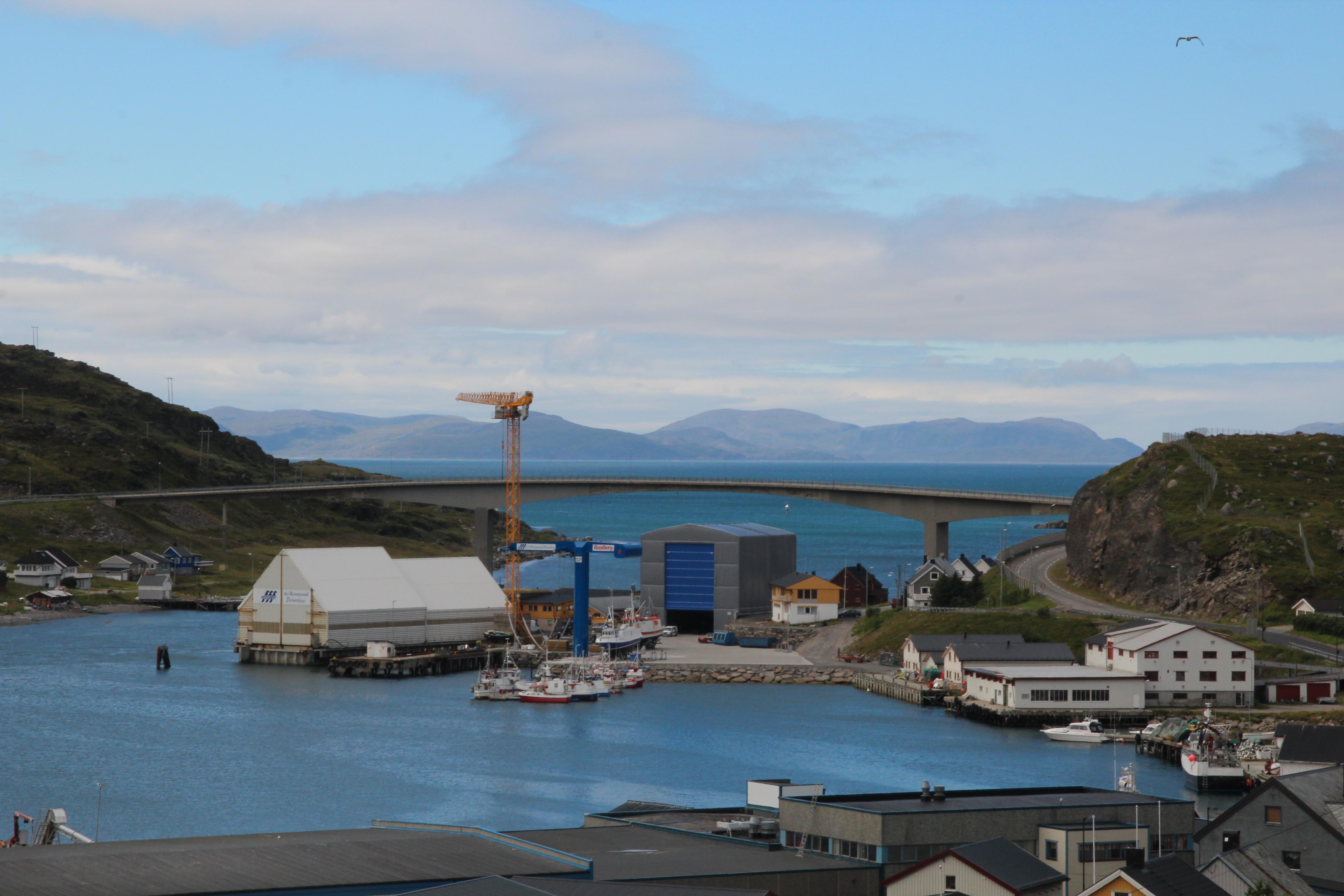 Havoysund med bro i bakgrunn mot havet